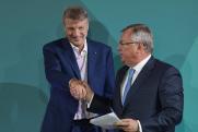 Силовиков отправили за зарплатой в ВТБ. Эксперты прогнозируют риски приватизации Сбербанка