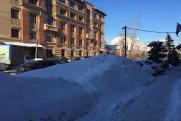 «Хоть на сноуборде катайся». Челябинск погряз в куче снега из-за столкновения жителей и управкомпаний