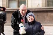 Депутаты Госдумы в канун 8 Марта подарили женщинам цветы и плюшевых мишек