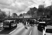 Радикалы-националисты с горящими факелами напали на Петра Порошенко