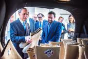 Национальный символ тепла и уюта. Посол Италии в России побывал на  «Макфе» и получил в подарок валенки
