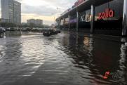 Жители Мурина обуваются в пакеты из-за сильного потопа