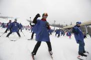 В Кузбассе установили рекорд по спуску с горы в куртках цветов российского триколора