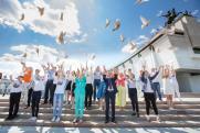 У стен Музея Победы в небо взлетели более 200 голубей мира