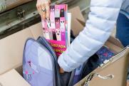 Первоклассникам из Челябинской и Свердловской областей подарили портфели и канцелярию