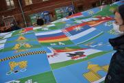 В Екатеринбурге развернули гигантское полотно с гербами уральских городов