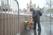 Мемориал Немцову восстановили в Москве: люди несут цветы
