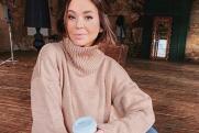 «Ленты, платки и небрежные локоны»: Яна Фисти поделилась трендами модных причесок
