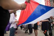 Жители Энгельса приняли участие во флешмобе «Флаги России»