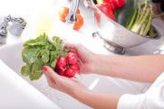 Врач объяснила, можно ли мыть фрукты и овощи с мылом