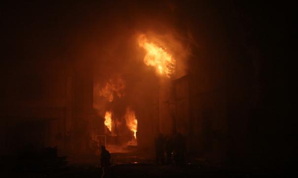 Площадь пожара в жилом доме в Москве увеличилась до 400 кв метров