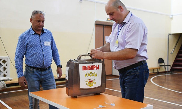 Члены УИК вскрывают избирательную урну перед подсчетом голосов