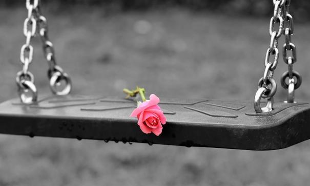 роза на качелях