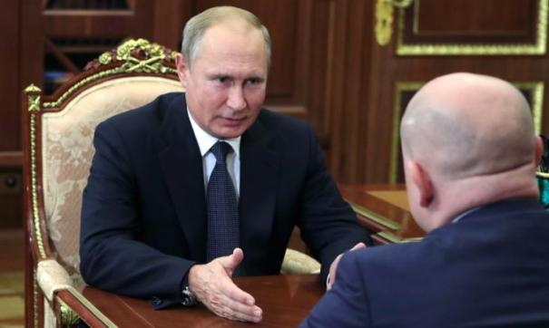 Президент РФ Владимир Путин и Михаил Развожаев (справа).