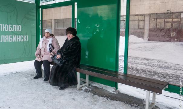 В Челябинске обшили деревом скамейки остановочных комплексов
