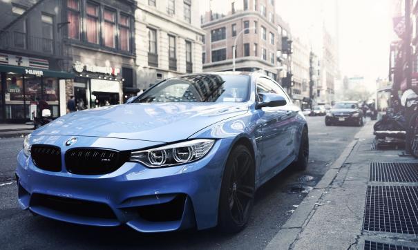 В тизере блогер едет по городу на синем спорткаре BMW