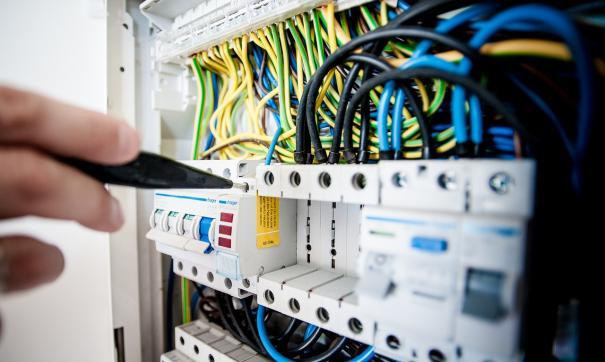 Неизвестные оборвали провода в электрощитах