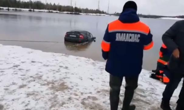 Спасатели достают машину из карьера