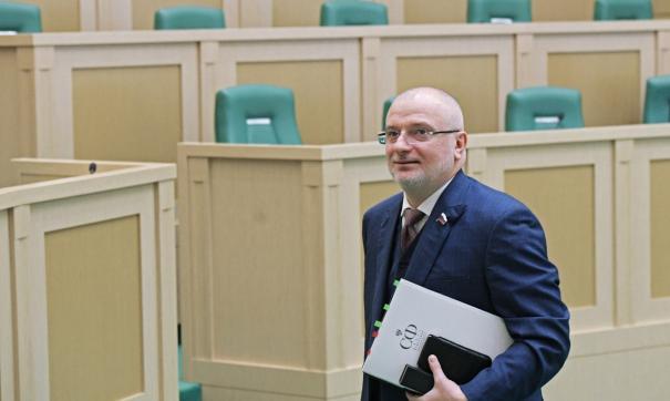 Андрей Клишас отмечает, что в странах ЕС наказание за оскорбление госсимволов суровее