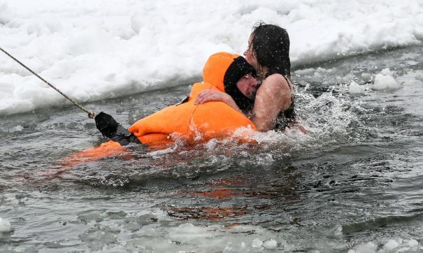 В Петербурге пара, пытаясь спасти собак, провалилась под лед