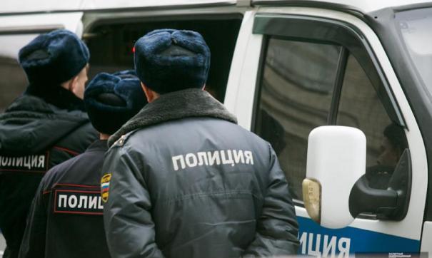 Полицейский помогал подозреваемому.