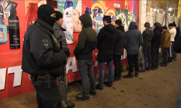 Вооруженные бойцы в масках вылавливали иностранцев в продуктовых павильонах.