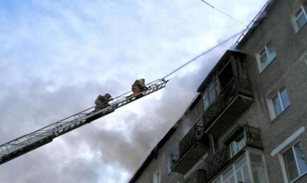 Из горящей квартиры огонь перекинулся на крышу дома