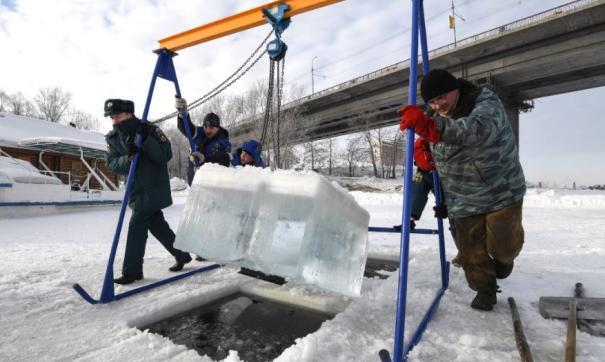 Сотрудники МЧС подготовили прорубь для новосибирских министров