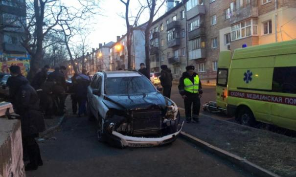 Во Владивостоке водитель сбил семью с ребенком на тротуаре: мама и малыш скончались в больнице