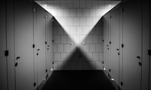 Следком завел дело по факту избиения школьника в туалете