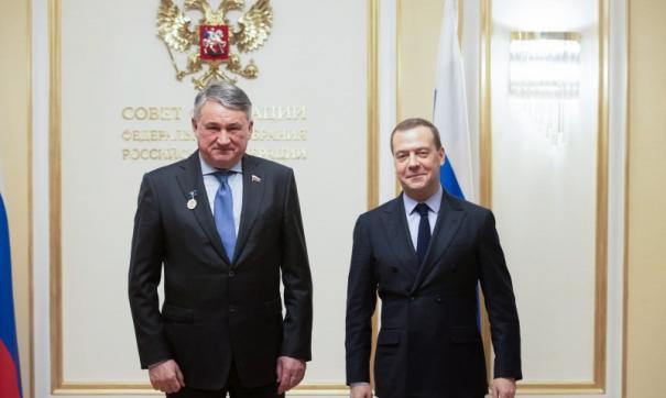 Медаль сенатору вручил лично премьер-министр