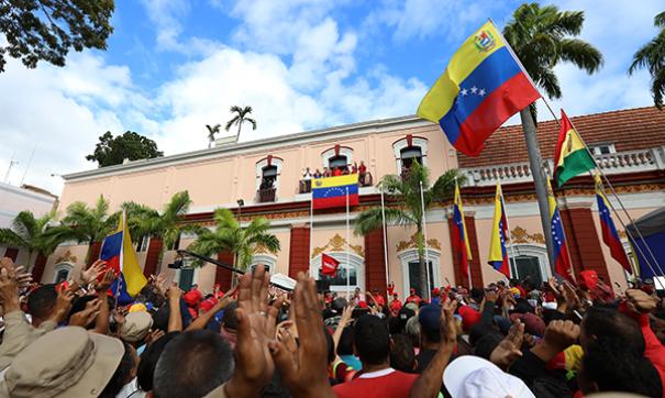 Танцы, песни, спортивные соревнования и торговцы фастфудом - так проходят митинги в Венесуэле