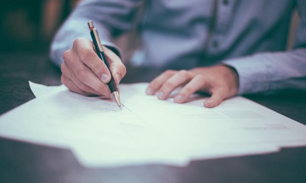 Слабовидящий мужчина подписал справку в МФЦ и чуть не лишился квартиры в Екатеринбурге