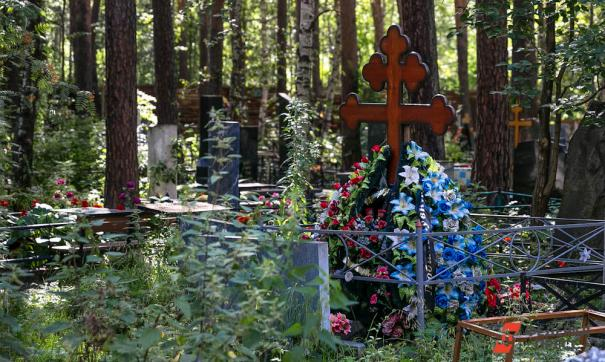 Семья из Волгограда построила бизнес на краже цветов с городских кладбищ