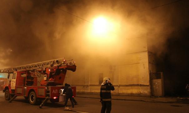 Огонь охватил площадь в более 1000 квадратных метров