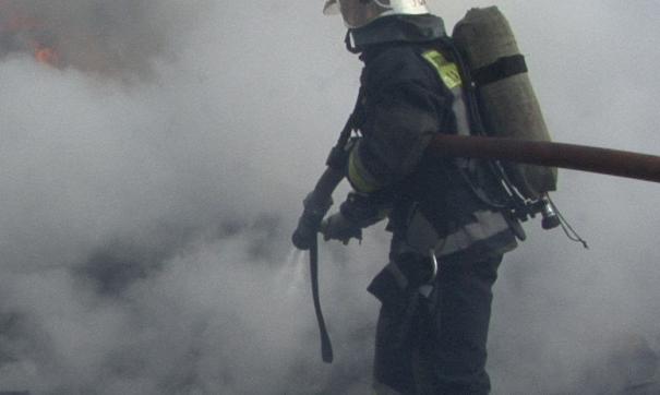Дом был полностью охвачен огнем, началось обрушение кровли