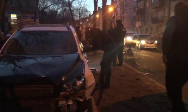 Во Владивостоке разыскивают водителя, сбившего семью с ребенком на тротуаре