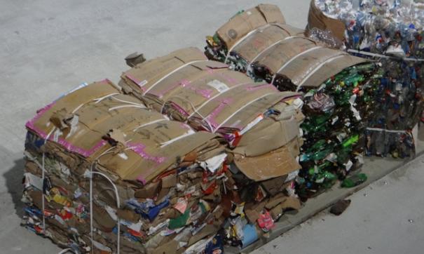 На заводе мусор сортируется на 12 фракций