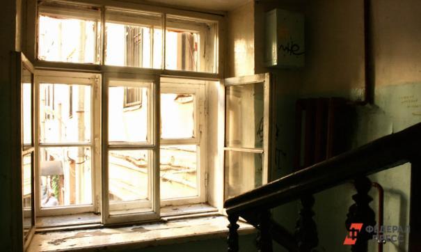 Женщина посетовала, что в новой квартире выбиты окна и кишат тараканы