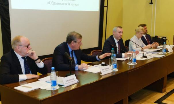 Игорь Васильев (второй слева направо) и Андрей Травников (третий слева направо) возглавили рабочие подгруппы