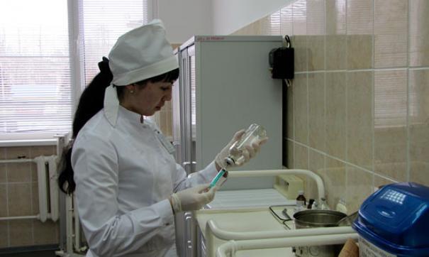 Новой вакциной привьют медработников, учителей, студентов, беременных и детей