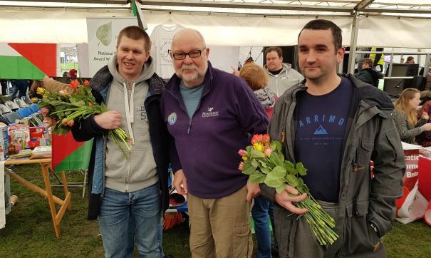 Волонтеры подарили британкам цветы