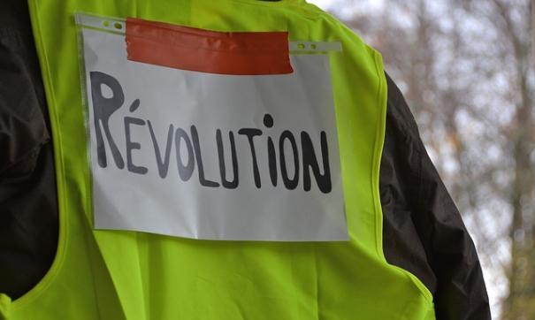 В Париже разгоняют «желтых жилетов» с применением насилия