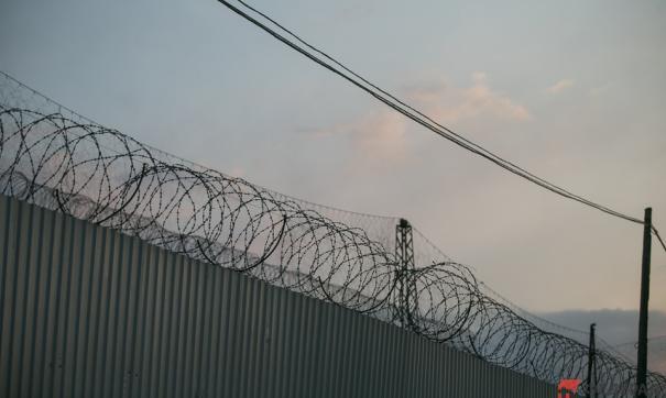 Забор на границе с Россией увенчан колючей проволокой