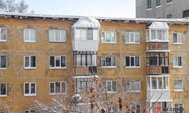 На машину мэра Якутска упала снежная глыба