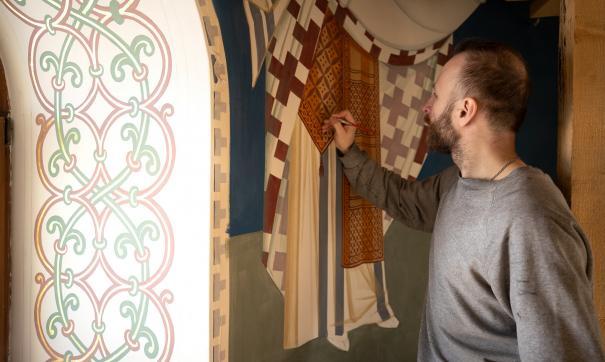 Художники продолжают наносить библейские сюжеты на стены храма Иоанна Златоуста в Карабаше