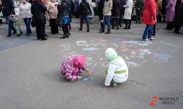 Поводом послужили секс-скандалы с участием детей и активистов штаба Навального
