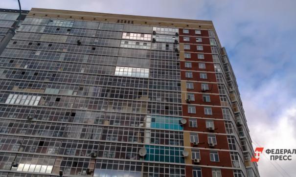 Запертая в петербургской квартире школьница сорвалась, пытаясь спуститься с балкона