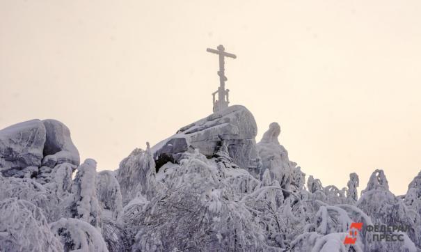 В Калининграде на языческую фигурку повесили янтарный крест