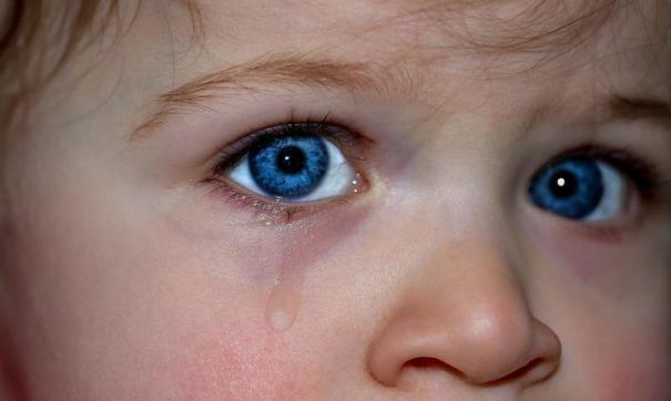 Мать избивала четырехлетнюю дочь.